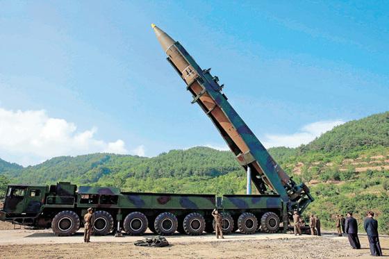 김정은 북한 노동당 위원장(오른쪽에서 두 번째)이 7월 4일 평안북도 방현지역에서 '화성-14형' 미사일 발사 준비상황을 지켜보고 있다. [사진 조선중앙통신]