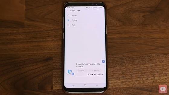 """""""스마트폰 소리를 진동으로 바꿔달라""""는 요청에 빅스비는 """"진동으로 바꿨다""""고 답했지만, 구글 어시스턴트는 음량 조절 화면을 띄웠다. [유튜브 채널 '사키테크' 캡처]"""