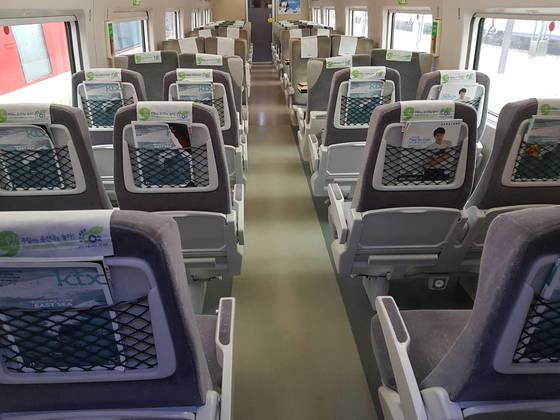 KTX-산천의 스낵바를 뜯어내고 새로 설치한 좌석들.의자 뒤에 그물망이 있는게 기존 좌석과 다르다. 함종선 기자
