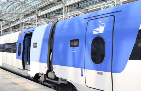 스낵바는 KTX-산천 4호차에 설치돼있다. 열차 출입문에식사와 음료를 즐길 수 있다는 표시가 붙어있다.[사진 코레일]