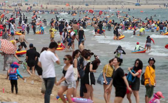 본격적인 휴가철을 맞은 23일 오후 국내외에서 몰린 많은 피서객들이 부산 해운대구 해운대해수욕장에서 물놀이를 하며 폭염 더위를 식히고 있다.송봉근 기자