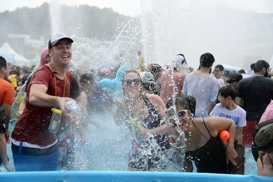지난해 7월 전남 장흥군에서 열린 '정남진 장흥 물축제' 중 '지상 최대의 물싸움' 모습. [사진 장흥군]