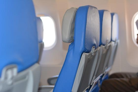 비행기 탑승 전 이코노미 승객은 다음 두 가지를 간절히 바란다. 비행기가 텅텅 비어있길, 그리고 제발 내 좌석 옆자리에는 아무도 앉지 않길. 때론 한 열 통째로 침대처럼 쓰는 횡재를 기대하기도 한다.