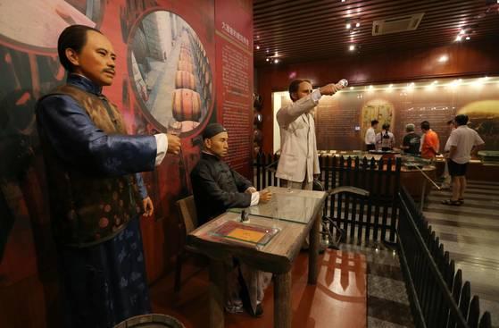 옌타이 장위 와인박물관에는 와인 생산 초기모습을 재현한 밀랍인형이 전시돼 있다. [예영준·최승식 기자]