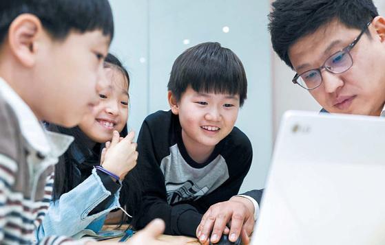 와이즈만 영재교육 대치센터 학생들이 이상욱 수학팀장과 함께 '이스라엘 개념학습 I-See-Math' 수업을 듣고 있다. [사진 와이즈만]