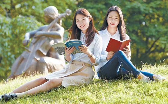 덕성여대 스머프 동산에서 학생들이 책을 읽고 있다. 해마다 벚꽃이 만개하는 스머프 동산은 전국에서 가장 예쁜 캠퍼스 가운데 하나로 꼽힌다. [사진 덕성여대]