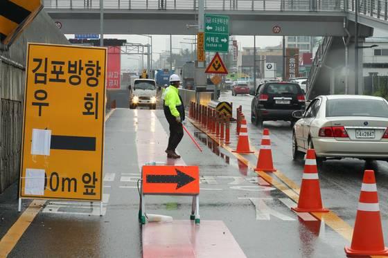 23일 중부지방에 내린 기습폭우로 인해 인천김포고속도로 북항터널 구간이 침수되어 통제되고 있다. 장진영 기자