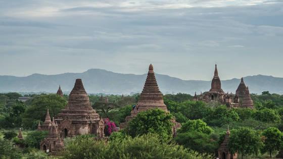 미얀마의 필수 여행 코스인 고대 도시 바간. 벽돌로 만든 불탑이 바간의 스카이라인을 장식한다.