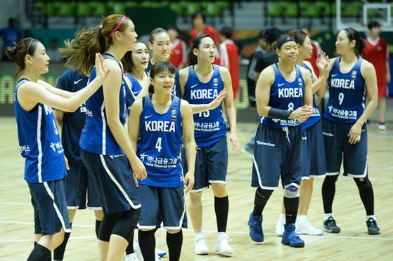 27일 인도 벵갈루루에서 열린 아시아컵 8강전에서 뉴질랜드를 꺾은 한국 여자농구대표팀 선수들. [사진 대한민국농구협회]