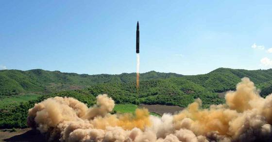 북한이 지난 4일 평북 구성 인근의 방현 지역에서 대륙간탄도미사일(ICBM)급 '화성-14'형을 발사하고 있다. [사진=노동신문]