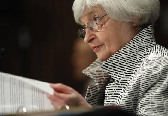 """이달 중순 미 의회에서 열린 청문회 참석을 기다리는 재닛 옐런 미 연방준비제도(Fed) 의장. 26~27일 양일간 열린 연방공개시장위원회(FOMC)가 끝난 뒤 Fed는 """"이른 시일 안에 보유 재산 축소를 시작하겠다""""고 밝혔다. [워싱턴 AP=연합뉴스]"""