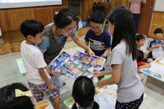 과천시 원문동의 마을돌봄나눔터에서 전담교사가 아이들과 함께 학습 놀이를 하고 있다. [사진 과천시]