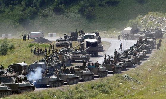 지난 2008년 러시아군 탱크와 장갑차 등이 남오세티야의 수도 츠힌발리를 향해 줄지어 이동하고 있다. 조지아군이 독립을 원하는 남오세티야에 대한 공격을 재개하자 남오세티야를 지원하는 러시아가 조지아와의 전쟁을 선포했다.  [츠힌발리 AP=연합]