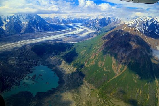 캐나다 유콘 클루아니 국립공원. 사진 상단의 도로처럼 보이는 곳은 억겁의 세월이 빚어낸 로웰 빙하다. 170㎞ 떨어진 알라스카만까지 이어진다.