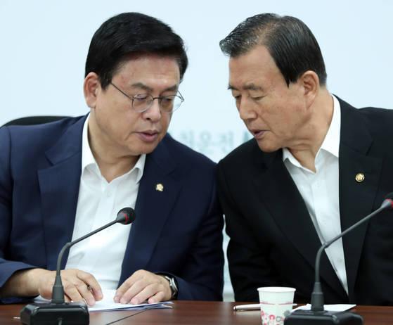 자유한국당 정우택 원내대표(왼쪽)와 홍문표 사무총장이 18일 오전 국회에서 열린 원내대책회의에 참석해 이야기를 나누고 있다. [박종근 기자]