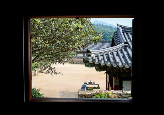 전남 해남군 미황사 내 템플스테이 참가자 숙소의 창문을 통해 바라본 사찰의모습.[프리랜서 장정필]