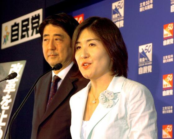 아베 일본 총리와 이나다 방위상(오른쪽) [아사히 신문 홈페이지 캡쳐]