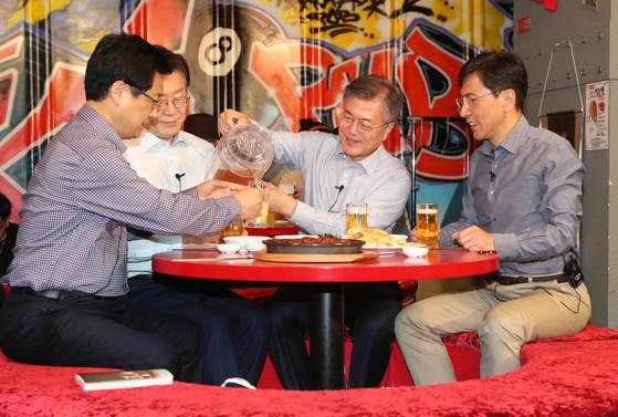 더불어민주당 대선 후보인 문재인 후보가 2017년 4월 당내 경선에 참가했던 최성 고양 시장, 이재명 성남 시장(왼쪽부터)과 안희정 충남지사(오른쪽)와 함께 서울 마포구 합정동에 있는 맥주집 카오카오에서 함께 맥주를 마시며 화합을 통한 대선승리를 다짐했다. 신인섭 기자.