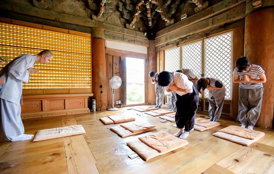 전남 해남 미황사 템플스테이 참가자들이 지난 24일 대웅전에서 범진 스님으로부터 사찰 예절을 배우고 있다. [프리랜서 장정필]