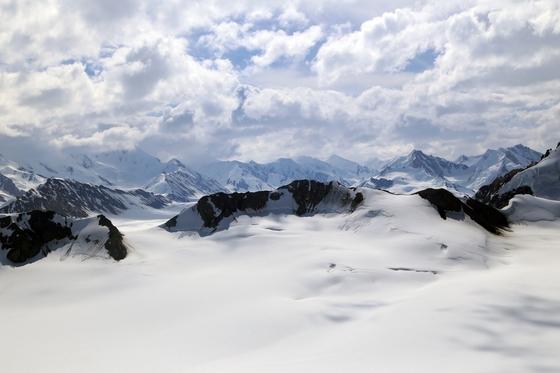 세상에서 가장 큰 유네스코 세계유산 '클루아니국립공원'. 화이트초콜릿을 발라놓은 것 같은 5000m급 고봉이 줄지어 있다. 캐나다 유콘은 북극과 남극을 제외하고 지구상에서 가장 큰 빙하지대를 품고 있는 땅이다.