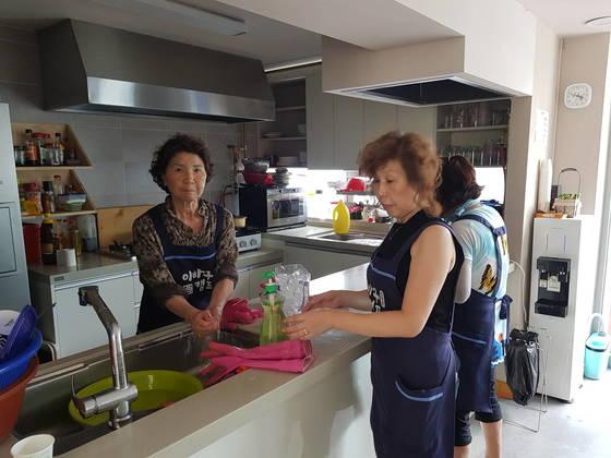 이바구캠프의 주방에서 주민들이 음식을 마련하고 있다. 황선윤 기자