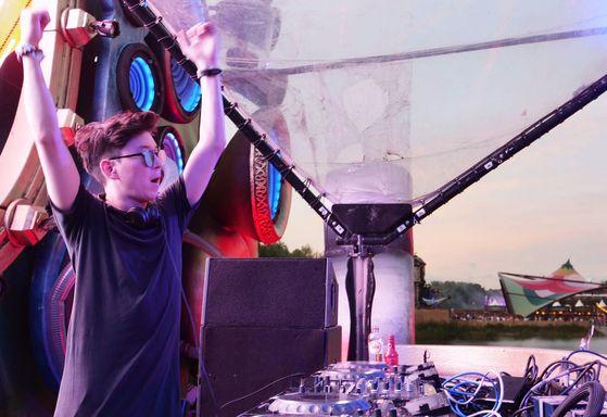 """21일 벨기에에서 시작한 투모로우랜드 무대에 선 한국계 캐나다인 DJ 저스틴 오. 그는 """" EDM은 젊음을 대표하는 음악이다. 남들과 같은 무대는 만들고 싶지 않다""""고 말한다. [사진 유씨매니지먼트]"""