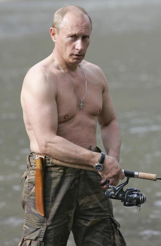 2007년 시베리아에서 낚시하는 푸틴 러시아 대통령.[AP=연합뉴스]