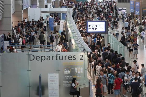 여름 휴가철을 맞은 29일 오후 인천국제공항 출국장이 해외여행객들로 붐비고 있다. 김경록 기자 / 20170729