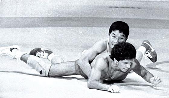 1984년 LA올림픽 당시 멕시코의 로베르트 아베브 선수와 대결 중인 김원기 선수(위). [중앙포토]
