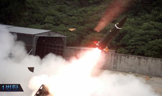 신형 탄도미사일  (서울=연합뉴스) 북한의 미사일 발사 등 위협에 대응하기 위해 국방과학연구소가 개발 중인 신형 탄도미사일의 발사 장면이 29일 공개되고 있다.  국방부는 신형 탄도미사일은 동일 발사대에서 수초 이내에 4발을 발사할 수 있어 단시간에 북한 핵미사일 및 갱도 진지 등을 파괴할 수 있다고 밝혔다. 2017.7.29 [국방과학연구소 제공=연합뉴스]  photo@yna.co.kr(끝)<저작권자(c) 연합뉴스, 무단 전재-재배포 금지>