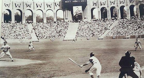 LA메모리얼 콜리시엄을 임시 홈구장으로 사용하며 58년전 월드시리즈 우승까지 차지했던 다저스의 활기찬 경기 모습. 풋볼 전용 경기장인 탓에 좌측 필드가 상당히 짧은 기형으로 되어있다. [중앙포토]