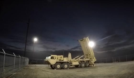 알래스카에 있는 사드 시스템이 날아오는 미사일을 감지하고 요격 미사일 발사를 준비 하고 있다.[유튜브 캡쳐]