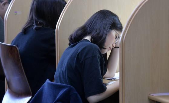 9일 오후 충남의 한 고등학교 3학년 학생들이자습실에서 공부하고 있다. [프리랜서 김성태]