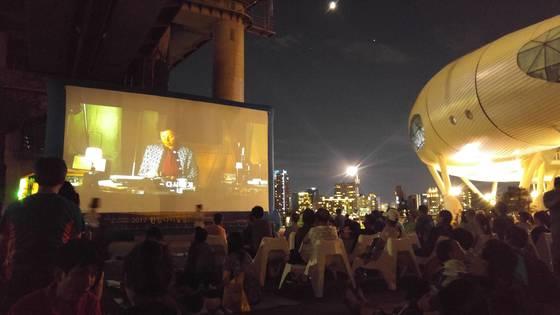 매주 토요일 오후 8시에는 한강 다리 밑에서 영화제가 열린다. [사진 서울시]
