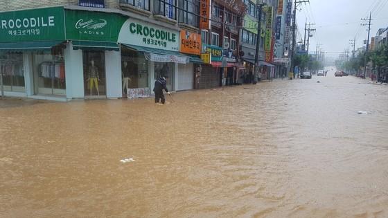 31일 오전 충북 지역에 시간당 60㎜가 넘는 국지성 호우가 내려 음성군 금왕읍 시내가 물에 잠겼다. [사진 음성군]