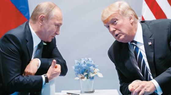 지난 7일(현지시간)독일 함부르크에서 열린 G20 정상회의에서 만난도널드 트럼프 미국 대통령(오른쪽)과 블라디미르 푸틴 러시아 대통령. 당시만 해도 양국 관계가 개선될 수 있다는 전망이 나오기도 했지만 미국 상원의 러시아 추가 제재안이 가결(27일)되면서 양국 관계가 악화되고 있다.[AP=연합뉴스]