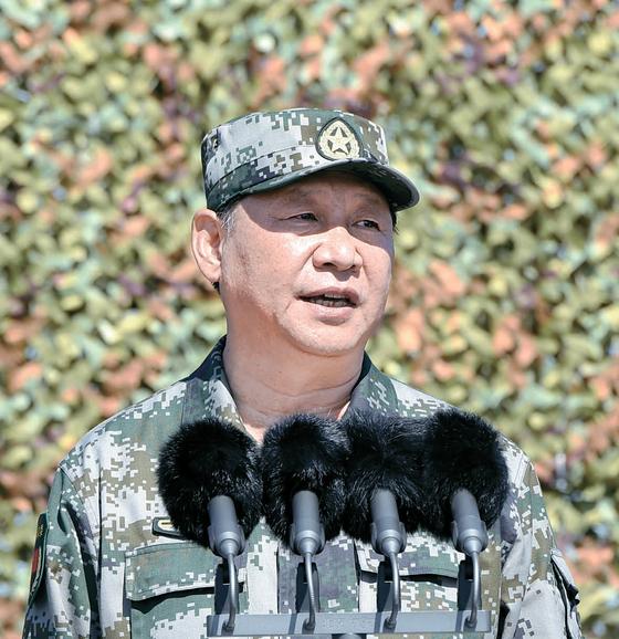 시진핑 중국 국가주석은 인민군 건군 90주년(8월 1일)을 맞아 30일 네이멍구에서 열린 열병식에서 전투복 차림으로 사열했다.[XINHUA=연합뉴스]