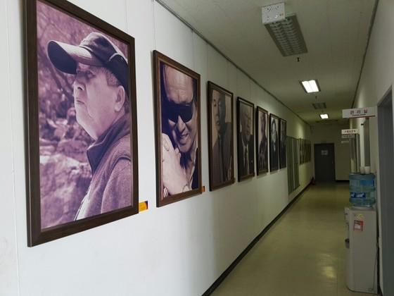 J1 스튜디오 1층 복도 벽에는신상옥·유현목·임권택 등 한국 영화사를 대표하는 감독들의 사진이 붙어 있다.김준희 기자
