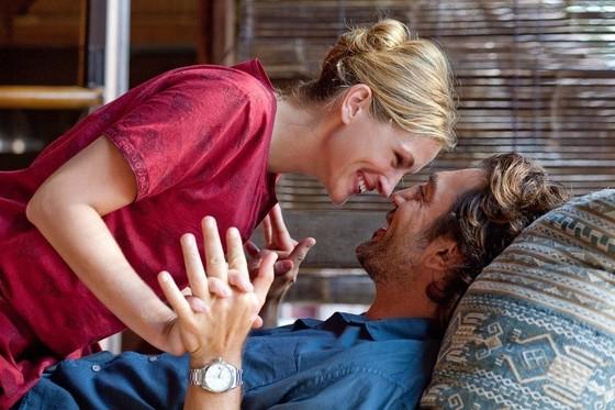 줄리아 로버츠 주연의 영화 '먹고 기도하고 사랑하라'의 한 장면. 주인공 리즈는 발리에서 자유롭게 사랑하며 행복을 느낀다.[사진 영화 스틸컷]