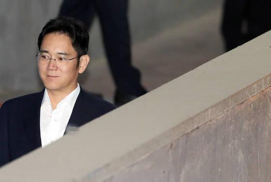 이재용 삼성전자 부회장이 31일 서울중앙지법에서 열리는 재판에 출석하고 있다. [연합뉴스]