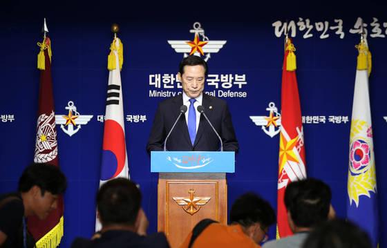 송영무 국방부 장관이 29일 오전 서울 용산구 국방부에서 북한의 대륙간탄도미사일(ICBM)급 기습발사와 관련해 긴급 브리핑을 하고 있다. 북한은 앞서 전날 오후 11시 41분경 자강도 무평리 일대에서 동해 상으로 탄도미사일 1발을 발사했다고 밝혔다.  이번 발사는 북한이 ICBM급 '화성-14형'을 쏜 지 불과 24일 만으로 화성-14형보다 성능이 향상된 것으로 알려졌다. [연합뉴스]