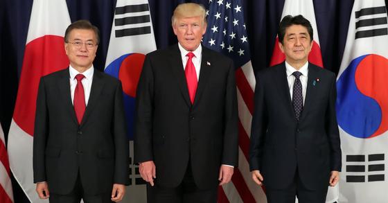 문재인 대통령(왼쪽)과 도널드 트럼프 미국 대통령, 아베 신조 일본 총리가 6일 오후(현지시간) G20 정상회의가 열리는 독일 함부르크 시내 미국총영사관에서 열린 한미일 정상만찬에서 기념촬영을 하고 있다. [연합뉴스]