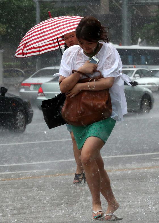 31일 호우특보가 발령된 서울 등 수도권 지역과 충북 등지에 시간당 50㎜가 넘는폭우가 쏟아졌다. 안성식 기자