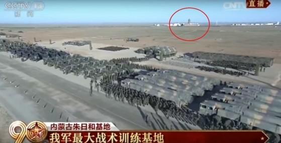 30일 거행된 중국 건군 90주년 기념 열병식 보도 화면에 포착된 대만 총통부 건물(붉은 원안). [사진=관찰자망 캡처]