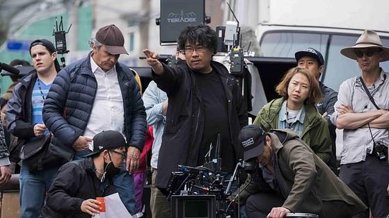 봉준호 감독이 '옥자'를 촬영하는 모습.