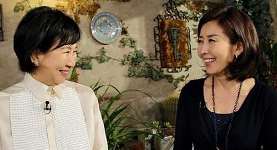 서로 마주보고 미소짓고 있는 손혜원 더불어민주당 의원(왼쪽)과 나경원 자유한국당 의원. [사진 KBS]