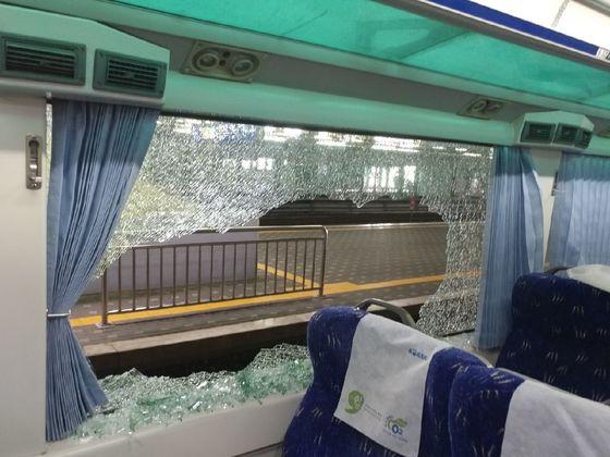 30일 오후 서울 용산역을 출발한 여수행 무궁화호 열차 객실 유리창이 날아든 쇳덩어리에 깨지면서 승객 7명이 다쳤다. [연합뉴스]