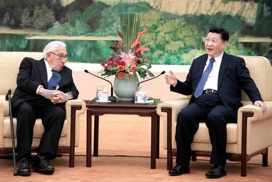 헨리 키신저 전 미 국무장관(왼쪽)이 2016년 12월 2일 중국 인민대회당에서 시진핑 국가주석과 의견을 나누고 있다. [로이터=연합뉴스]