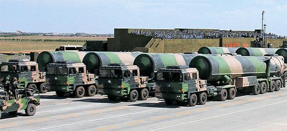 30일 네이멍구 주르허에서 열린 인민해방군 창군 90주년 열병식에 최신형 ICBM 둥펑-31AG 등을 탑재한 이동식 발사차량이 등장했다. [신화=연합뉴스]