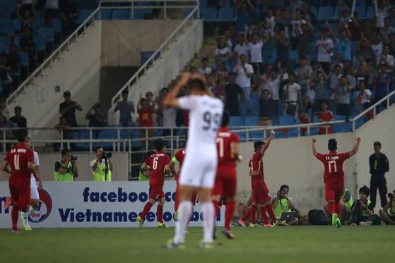 프로축구 K리그 올스타팀이 후반 25분 실점하자, 올스타팀 공격수 김신욱(오른쪽)이 머리를 감싸쥐고 있다. K리그 올스타팀은 한 수 아래로 평가되던 베트남 U-23팀에 0-1로 졌다. [사진 프로축구연맹]
